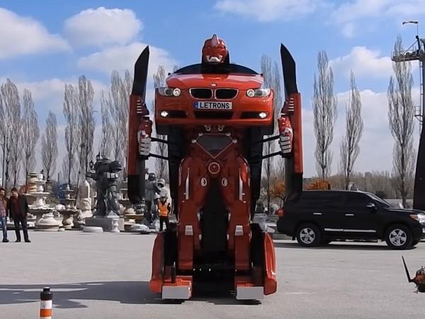 ロボットに変身した車