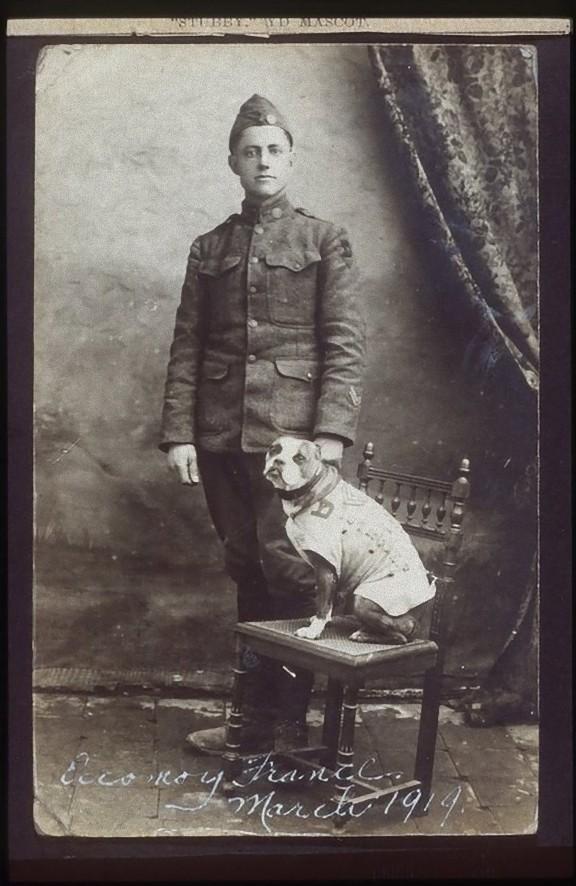 スタビー軍曹と飼い主のJ・ロバート・コンロイ