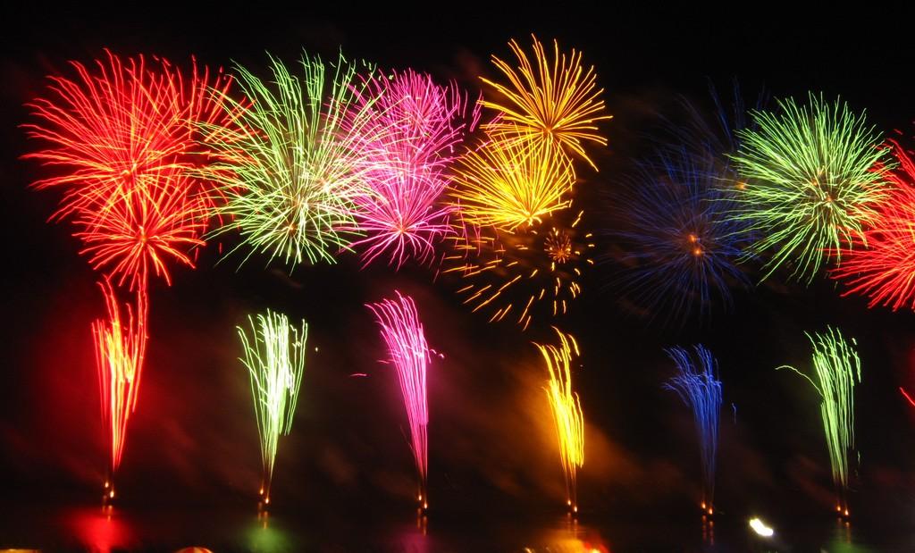 さまざまな色の花火