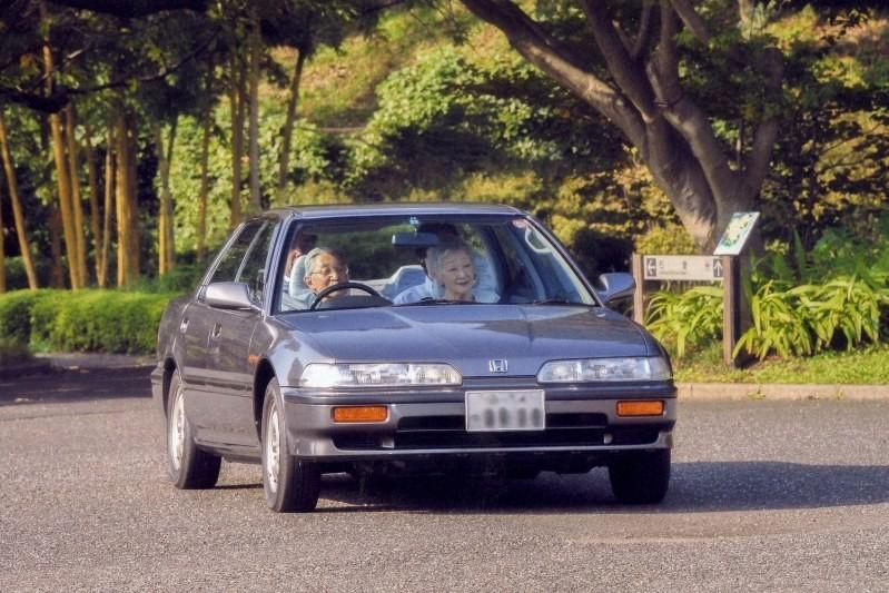 愛車インテグラを運転される天皇陛下と、助手席に同乗される皇后さま(2013年9月22日、皇居・東御苑)
