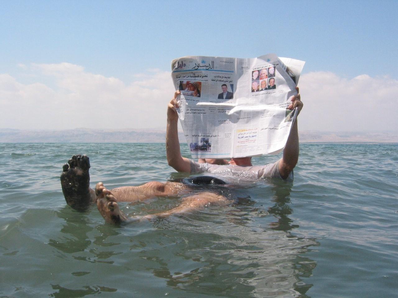 死海に浮かぶ人