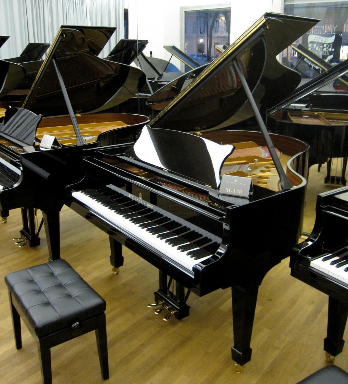 鍵盤が白と黒のピアノ