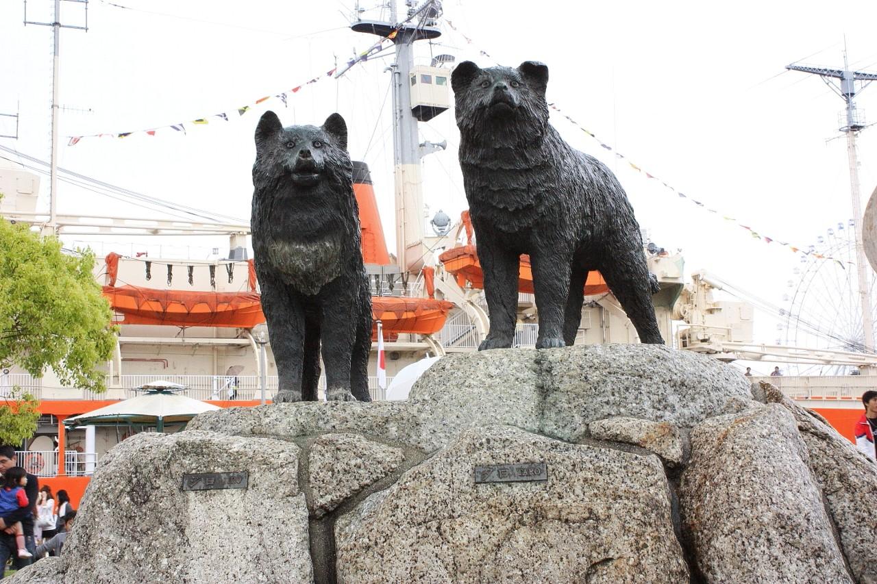 タロとジロの像