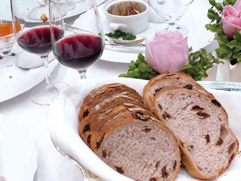 ほんのりと赤ワイン色のパン