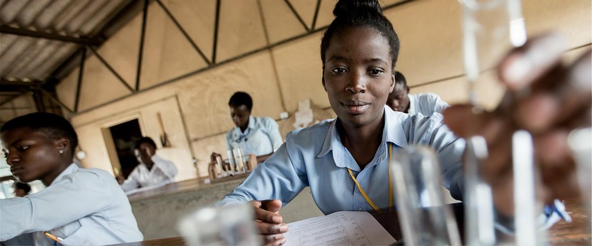 化学の授業を受ける女の子