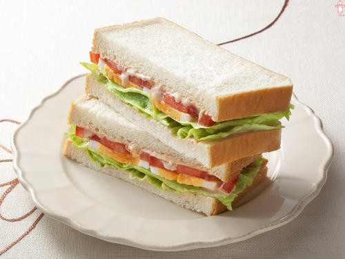 トマトと卵のサンドイッチ