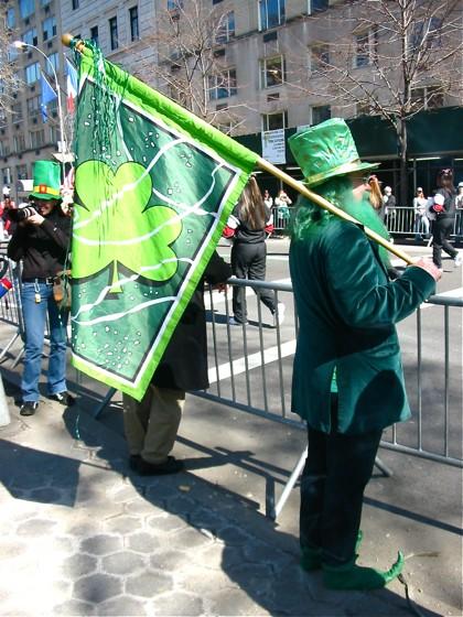 緑色の物を身につけた人