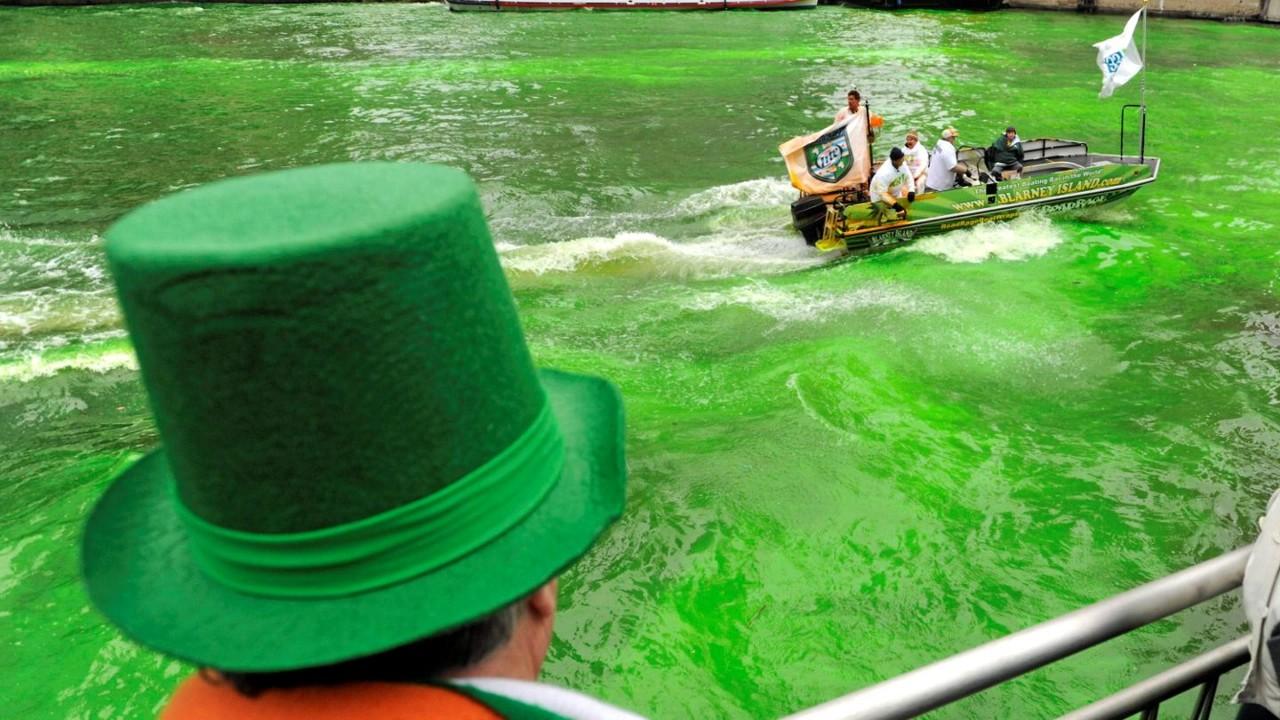 緑色に染められたシカゴ川