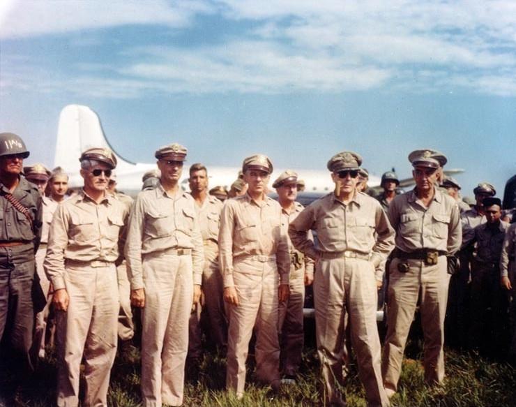 厚木海軍飛行場に到着したマッカーサー