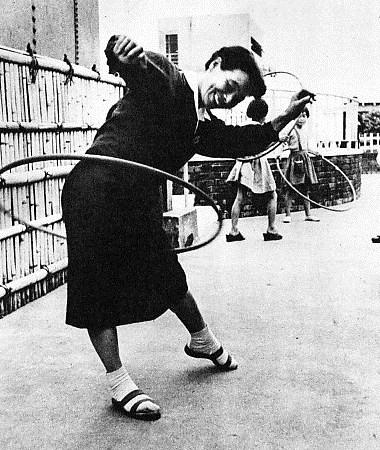 フラフープで遊ぶ女性(1958年頃)