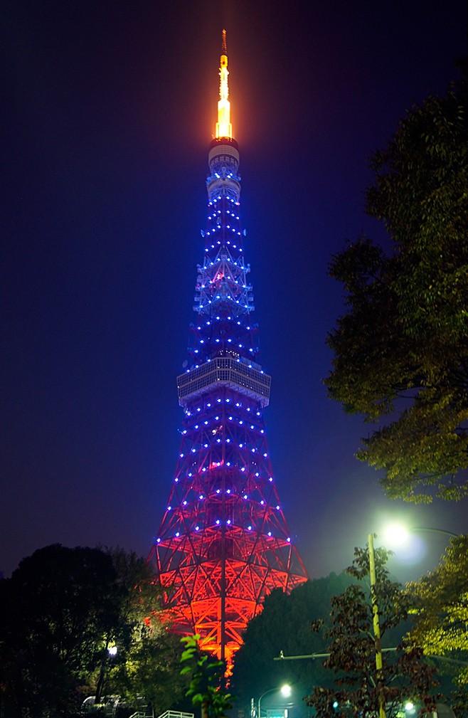 ブルーライトアップされた東京タワー