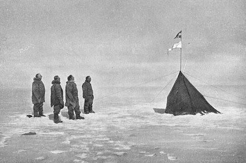 南極点に到達したアムンセン一行