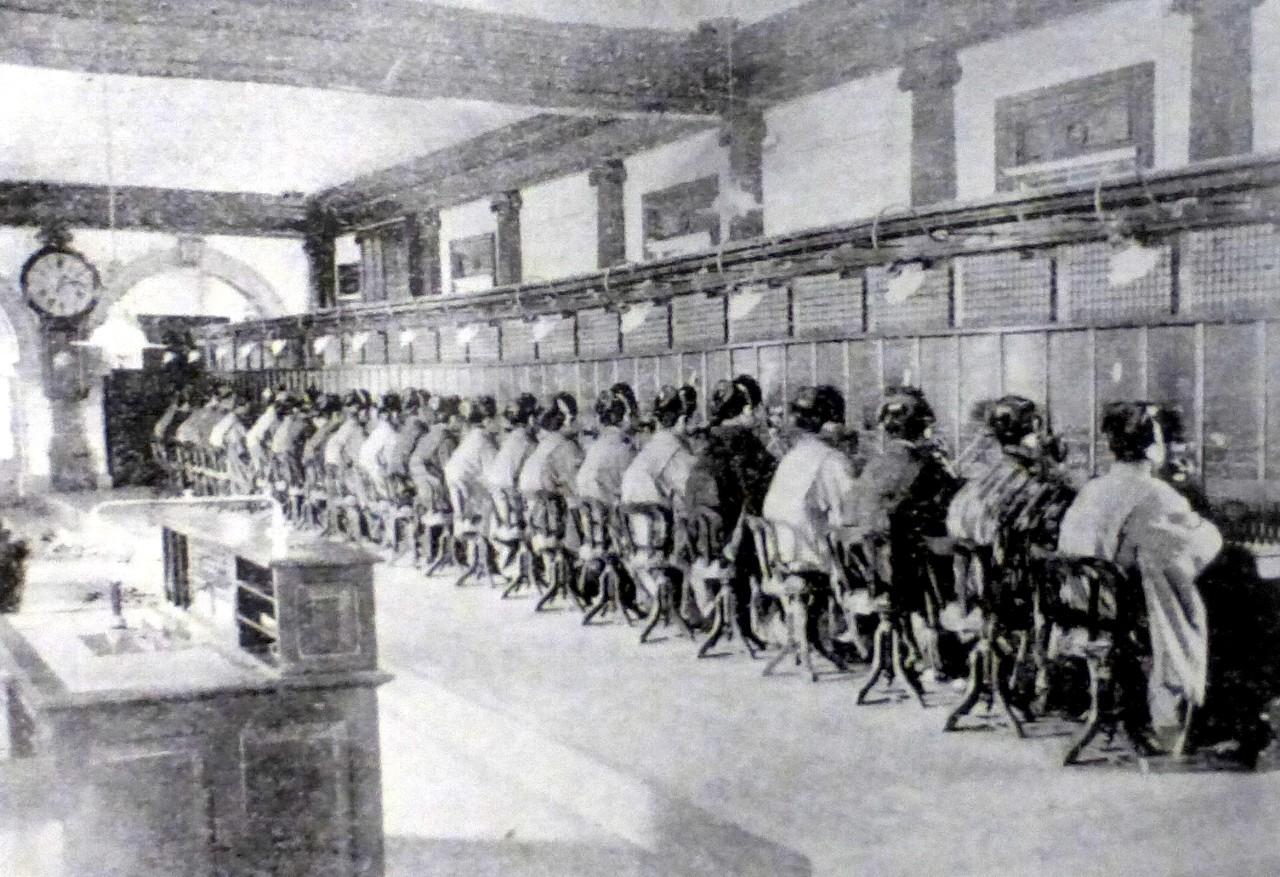 電話交換局(八重洲町、1902年頃)